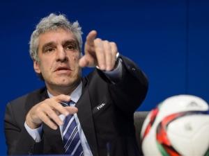 FIFA-zegsman Walter de Gregorio wijst met de beschuldigende vinger.
